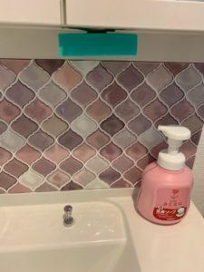ピンクのコラベル柄の洗面所にあるウタマロ石鹸