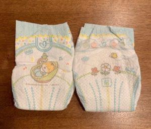 新生児用オムツが2つ