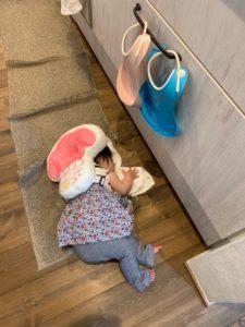 転倒防止クッションをせおったまま寝ている赤ちゃん
