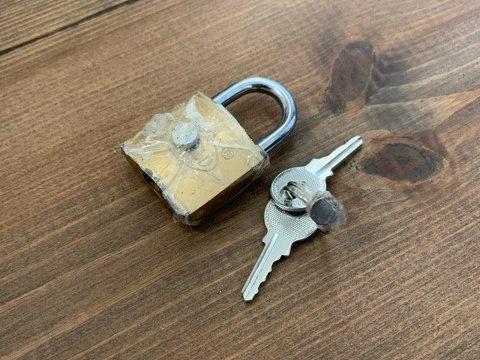 南京錠と鍵の裏にマグネットをくっつけた写真
