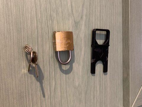 玄関の扉にくっついた鍵