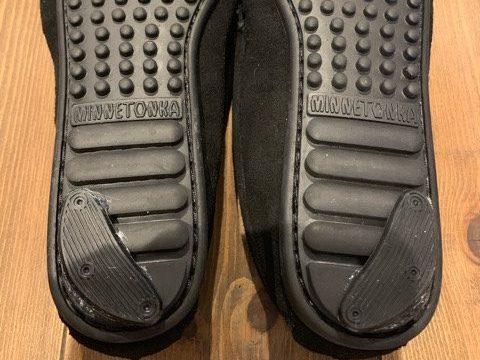 かかとの靴底を補強したミネトンカのモカシン