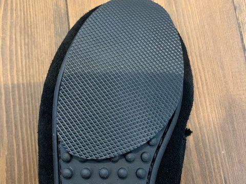 ミネトンカのモカシンの靴底にスリップガードを置いている