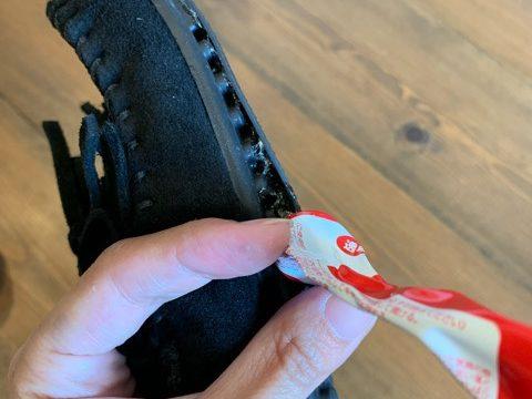 モカシンの靴底とスリップガードの隙間から接着剤を塗る