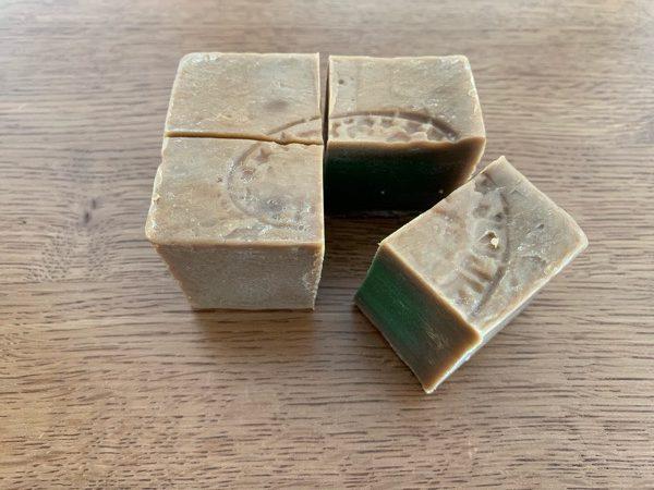 4等分をしたアレッポの石鹸