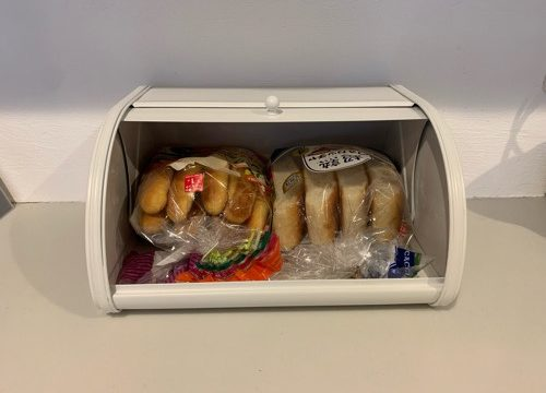 アクシスのブレッドケースの中にパンを収納している