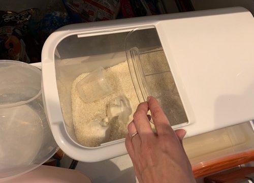 スライド式米びつをあけている
