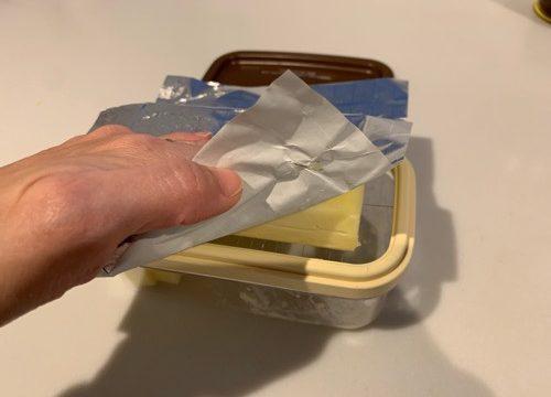 バターカッターの上にバターをのせている