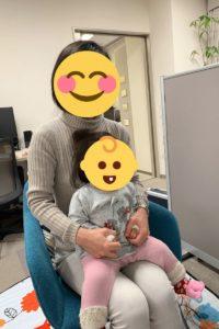 膝の上に乗って赤ちゃん研究員として参加