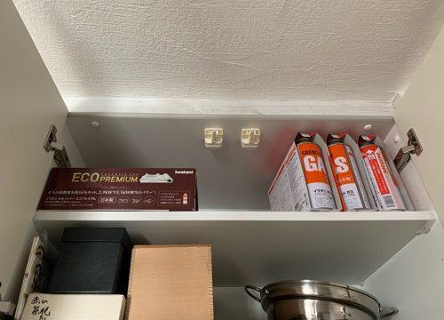 キッチンのカップボードの上に収納しているガスボンベとカセットコンロ