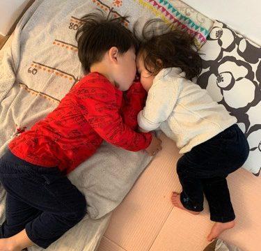 頭をくっつけて寝る兄と妹