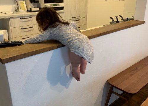 キッチンカウンターによじ登る赤ちゃん