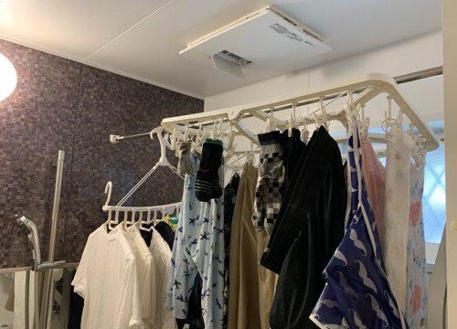 Panasonicの浴室乾燥機に洗濯物を干している
