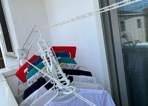 狭いベランダに干された洗濯物