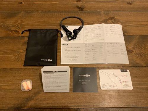 aftershokzのイヤホンと説明書と耳栓と収納袋