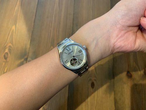 CITIZENの自動巻時計を腕につけている