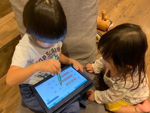 RISUきっずで勉強をする2歳娘と4歳息子