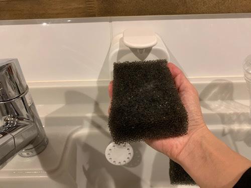 YBTソープディスペンサーから洗剤を押し出す