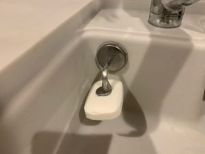 キッチン台所用の手洗い石鹸はダルトンのマグネティックホルダーで収納