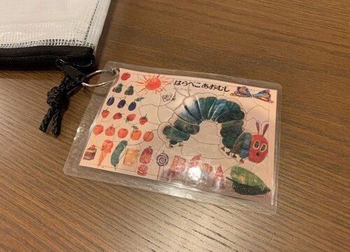 完成したパズルの写真をラミネートしたカード