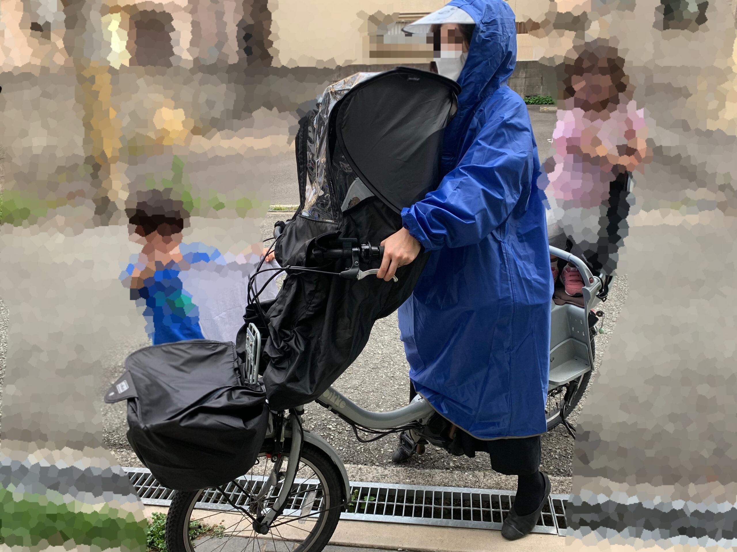 norokkaノロッカの前座席用レインカバーを着けた状態で電動自転車bikkeビッケに乗っている